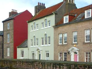 THOMAS SWORD GOOD HOUSE, character holiday cottage, with a garden in Berwick-Upon-Tweed, Ref 1713 - Beal vacation rentals