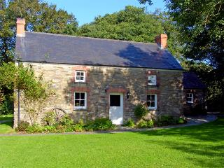 PENLANFACH FARMHOUSE, pet friendly, character holiday cottage, with open fire in Crymych, Ref 2021 - Tresaith vacation rentals