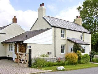WERN BACH, pet friendly, country holiday cottage, with open fire in Caerwys, Ref 2841 - Llannefydd vacation rentals