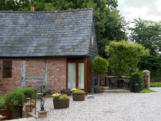 THE GRANARY, pet friendly, character holiday cottage, with open fire in Church Stretton, Ref 1146 - Church Stretton vacation rentals