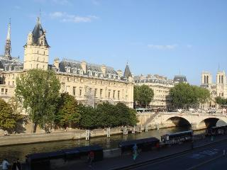 1 Bedroom Riverfront Apartment view of Notre Dame - Paris vacation rentals