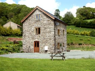 THE OLD MILL, pet friendly, character holiday cottage, with a garden in Llanfyllin, Ref 1799 - Welshpool vacation rentals