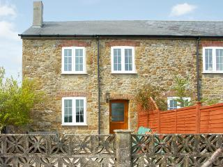 CRABBS BLUNTSHAY COTTAGE, pet friendly, character holiday cottage, with a garden in Shave Cross, Ref 1690 - Burton Bradstock vacation rentals