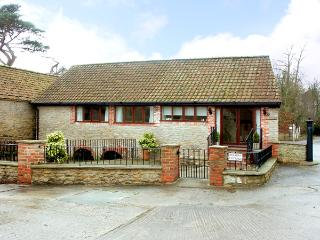 BROOK COTTAGE, pet friendly, character holiday cottage, with a garden in Milton On Stour, Ref 2362 - Mere vacation rentals