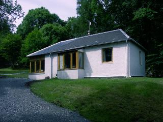 GLENDARROCH COTTAGE, pet friendly, country holiday cottage, with a garden in Kingussie, Ref 1297 - Carrbridge vacation rentals