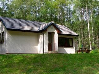 DUNDREGGAN, pet friendly, country holiday cottage, with a garden in Invermoriston, Ref 2515 - Loch Ness vacation rentals