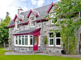 WOODLANDS, family friendly, character holiday cottage, with a garden in Newtonmore, Ref 2532 - Aviemore and the Cairngorms vacation rentals