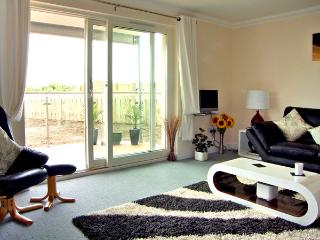 GOLF VIEW APARTMENT, pet friendly, with a garden in Nairn, Ref 2533 - Nairn vacation rentals