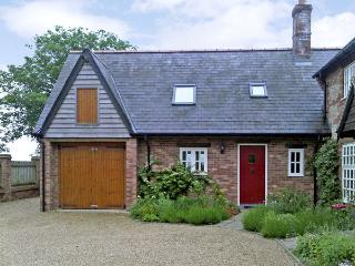 THE HAYLOFT, pet friendly, character holiday cottage, with a garden in Tolpuddle, Ref 1594 - Bere Regis vacation rentals