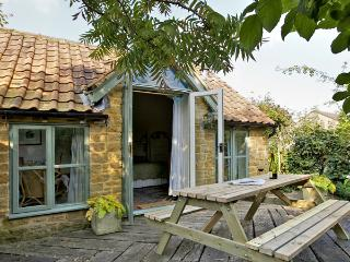 IDLERS COTTAGE, romantic, character holiday cottage, with open fire in South Petherton, Ref 3516 - South Petherton vacation rentals