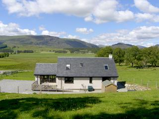 CREAG-NA-SANAIS, family friendly, country holiday cottage, with a garden in Laggan, Ref 1701 - Loch Ness vacation rentals