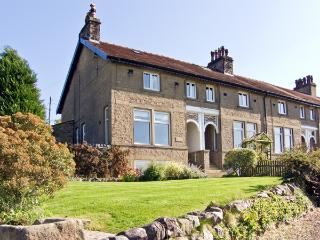 1 BRIDGE END, pet friendly, character holiday cottage, with a garden in Grassington, Ref 1902 - Malham vacation rentals