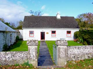 MICKEY'S COTTAGE, pet friendly, with a garden in Kinvara, County Galway, Ref 3690 - Kilcolgan vacation rentals