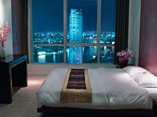 Bedroom at night - Beautiful corner apartment with river view,sleep 4 - Bangkok - rentals