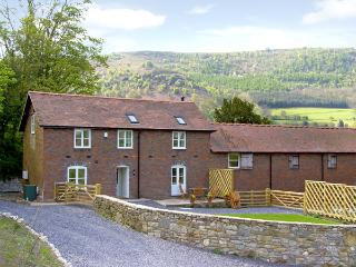 BRYN HOWELL STABLES, pet friendly, luxury holiday cottage, with a garden in Llangollen, Ref 3781 - Denbighshire vacation rentals