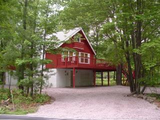 CHALET near LAKE BEACH RAFT SKI w/ WiFi POOL TABLE - Albrightsville vacation rentals
