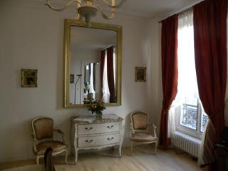 Bedroom Seating & Mirror - Affordable and Luxurious Vacation Rental in Louvre - Paris - rentals