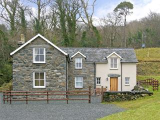TYN LLWYN, pet friendly, country holiday cottage, with a garden in Eisinrug, Ref 3827 - Criccieth vacation rentals