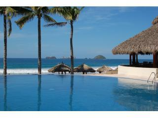 Adult infinity pool overlooking the beach - Amazing 2 Story Beachfront Penthouse at Amara - Ixtapa - rentals