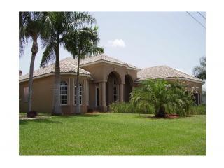 fronside of the house - WATERFRONT luxury vacation home, pool,Spa,sleep 12 - Cape Coral - rentals
