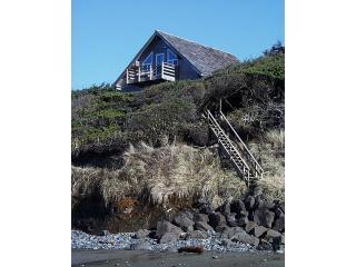 View from beach - Oregon Coast Oceanfront  Windside Cottage Newport - Newport - rentals