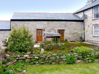 BARN COTTAGE, character holiday cottage, with a garden in Mabe Near Falmouth, Ref 2111 - Mabe vacation rentals
