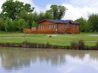 THE CALLOW LODGE, romantic, luxury holiday cottage, with pool in Beaconsfield Holiday Park, Ref 4057 - Hadnall vacation rentals