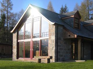 BIRCH COTTAGE, family friendly, character holiday cottage, with a garden in Crathie, Ref 4052 - Edzell vacation rentals