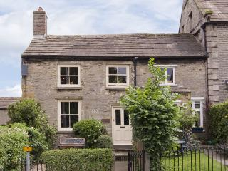 CARTMEL COTTAGE, pet friendly, country holiday cottage, with a garden in Middleham, Ref 4129 - Middleham vacation rentals