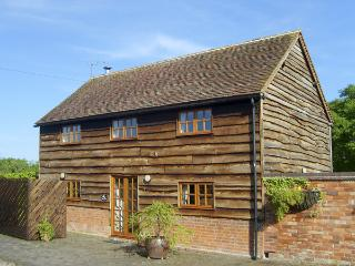 THE HAY BARN, family friendly, character holiday cottage, with open fire in North Piddle, Ref 4062 - Alderton vacation rentals