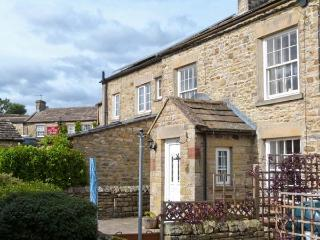 SWEET PEA COTTAGE, pet friendly, character holiday cottage, with a garden in Redmire, Ref 4009 - Carperby vacation rentals