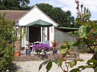 CLIFF GARDEN COTTAGE, with a garden in Fairlight, Ref 4011 - Fairlight vacation rentals