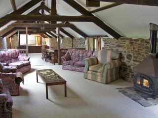 HARDSTONE BARN, pet friendly, character holiday cottage, with a garden in Launceston, Ref 4192 - Launceston vacation rentals