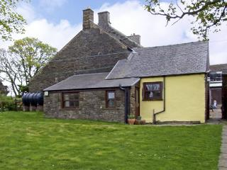 GARDEN COTTAGE, character holiday cottage, with a garden in Sparrowpit, Ref 3884 - Manchester vacation rentals