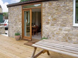 LITTLE SHORTWOOD, family friendly, country holiday cottage, with a garden in Batcombe, Ref 4218 - Bruton vacation rentals