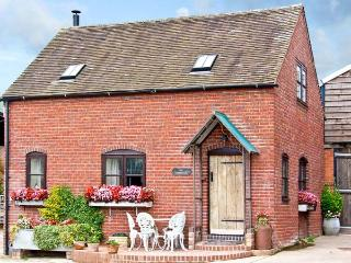 THE CORN HOUSE, family friendly, character holiday cottage, with open fire in Leighton, Ref 4210 - Shropshire vacation rentals