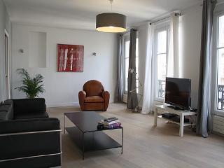 Charming 2 BR/1 BA Louvre Rue Coq Heron - Paris vacation rentals