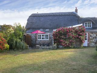 LITTLE THATCH, family friendly, character holiday cottage, with a garden in Shorwell, Ref 4270 - Southampton vacation rentals
