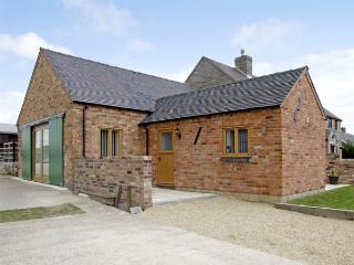HOLLIES BARN, family friendly, luxury holiday cottage, with a garden in Atlow, Ref 4004 - Thorpe vacation rentals