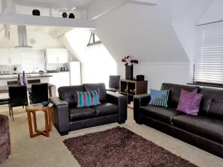 THE COTTAGE, family friendly, country holiday cottage, with pool in Grafham, Ref 4346 - Saint Neots vacation rentals