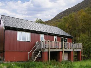 BLACKWATER CHALET, family friendly, country holiday cottage, with a garden in Kinlochleven, Ref 4380 - Kinlochleven vacation rentals