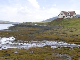 WATER'S EDGE, family friendly, with a garden in Dunvegan, Isle Of Skye, Ref 4262 - Isle of Skye vacation rentals