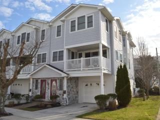 3 Story Townhouse: 1 Block to Beach and Boardwalk! - Wildwood vacation rentals