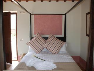 Four-poster bed, pool, private garden, great views - San Ginesio vacation rentals