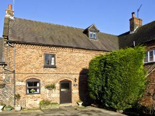 CHURCH FARM COTTAGE, pet friendly, character holiday cottage, with a garden in Edlaston, Ref 4478 - Alton vacation rentals