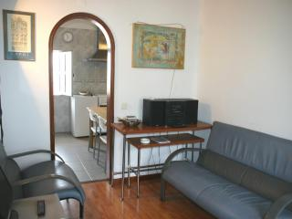 Low cost flat in the most genuine Lisbon quarter - Costa de Lisboa vacation rentals