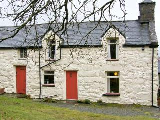 GEFNIR ISAF, family friendly, character holiday cottage, with open fire in Arthog, Ref 4515 - Llanbedr vacation rentals