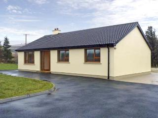 TARA HOUSE, family-friendly holiday cottage, all ground floor, open fire, rural views, in Dungloe, Ref 4541 - Carrick vacation rentals