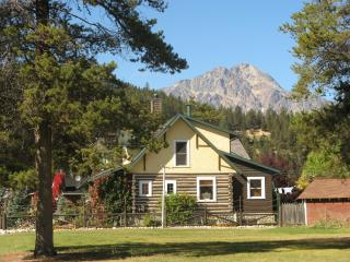 Bear's Den: 2 bdrm/kitchen suite in Jasper town - Canadian Rockies vacation rentals