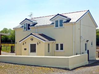 SADDLER'S COTTAGE, family friendly, country holiday cottage, with a garden in Clunderwen, Ref 5396 - Solva vacation rentals